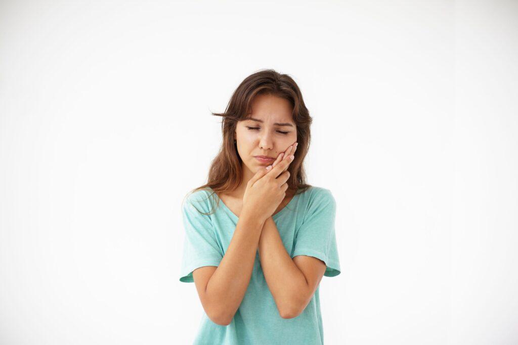 Clínica Dental Sorias - Blog - La posible relación entre el dolor de cabeza y el dolor de muelas - Mujer con dolor de cabeza y muelas