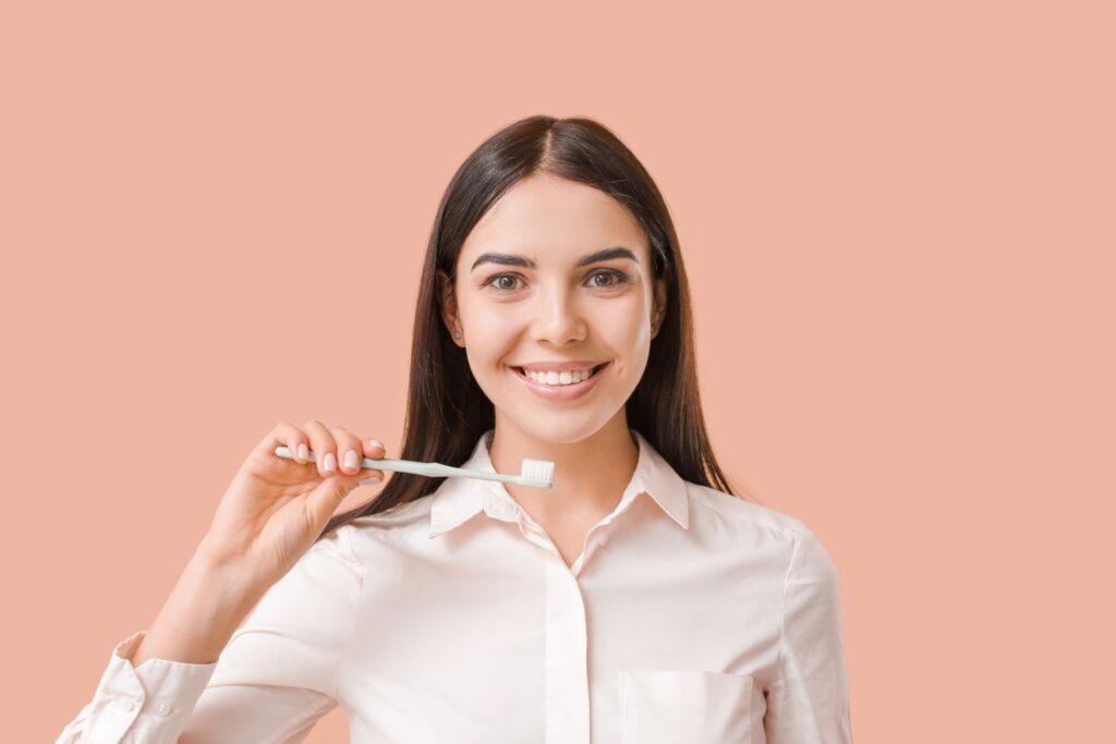 Clínica Dental Sorias - Blog - Qué podemos hacer para mantener nuestras encías sanas - Mujer con cepillo de dientes