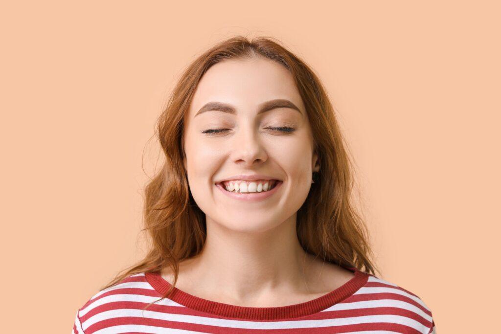 Clínica Dental Sorias - Blog - Qué podemos hacer para mantener nuestras encías sanas - Sonrisa con encías sanas